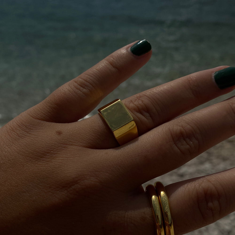 Signet ring and smooth ring in 18k gold plated brass